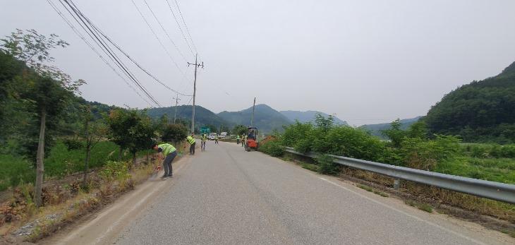 [건설과]갓길 정비로 안전한 도로환경 조성.jpg