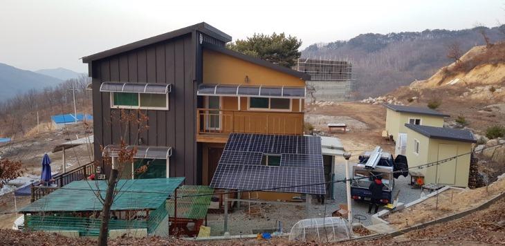 [교통에너지과]에너지 자립마을 조성(태양광 설치 건물 예시 사진).jpg