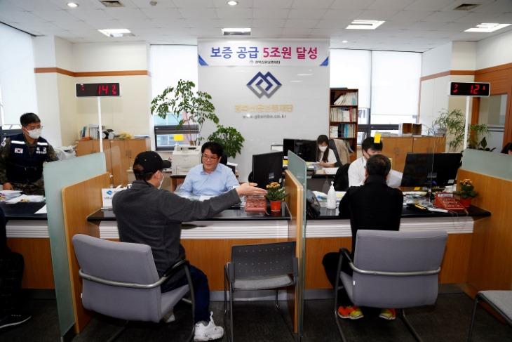 [기획기사]경북 신용보증재단 상주지점에서 시민들이 보증 상담을 하고 있다..JPG