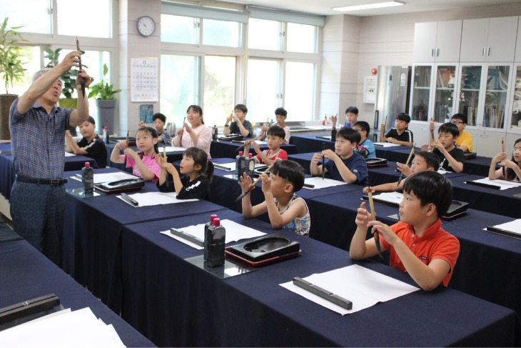 1.경북교육청, 작은학교 자유학구제 운영으로 377명 학생 유입01(지난해 6월 안동 남후초 서예 문화예술체험).jpg