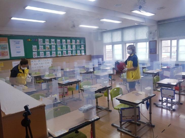 상영초-학부모 봉사단 방역활동1.jpg