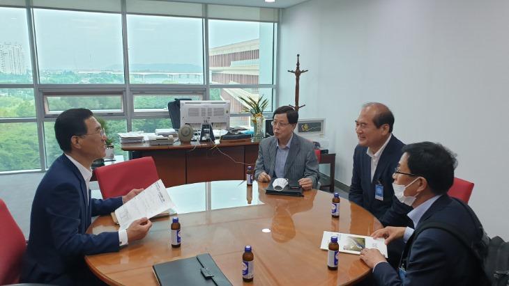 김주영(왼쪽) 의원과 면담하는 강영석(오른쪽 둘째) 시장.jpeg