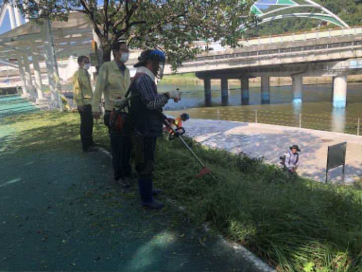 0915-5 북문동 북천시민공원 및 도로변 제초작업 실시.JPG