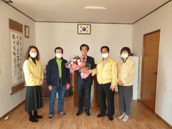 1028-2동성동,제24회 노인의 날 기념 표창패 수여.jpg