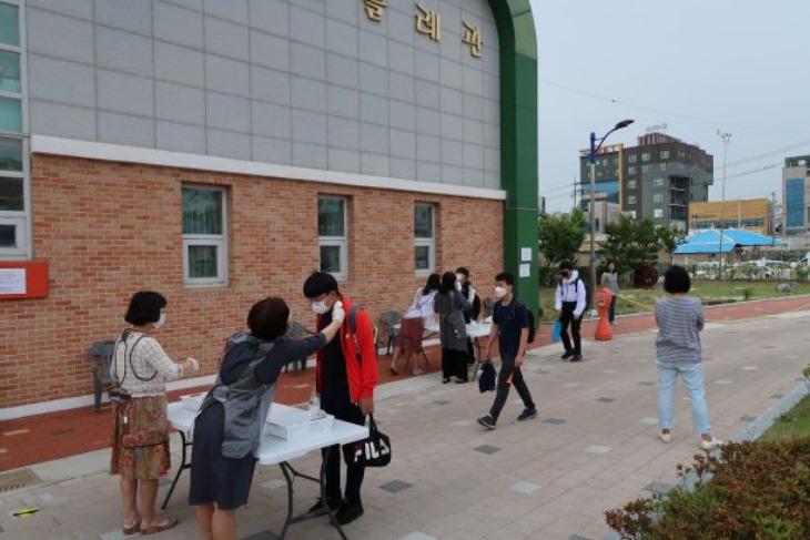 2.경북교육청, 학생 수 40명 이상 모든 학교에 보건교사  배치 확대01(발열체크하는 모습).jpg